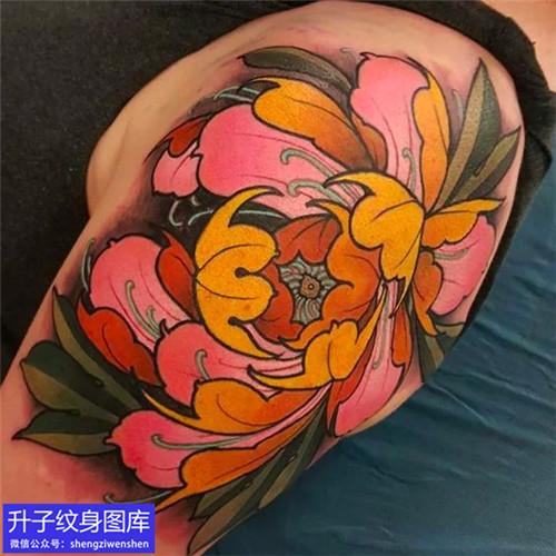 大臂外侧彩色牡丹花纹身