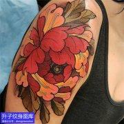 女性大臂外侧牡丹花纹身图案