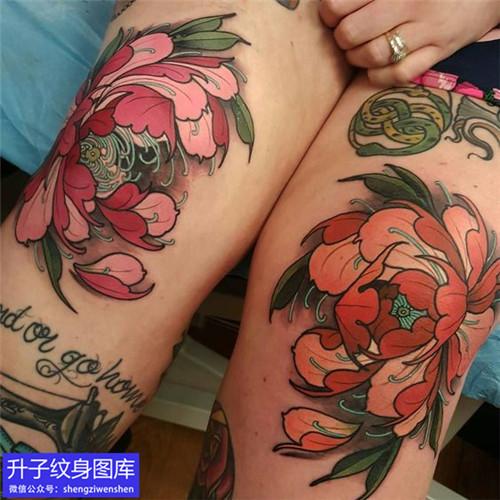 膝盖关节彩色牡丹花纹身图案