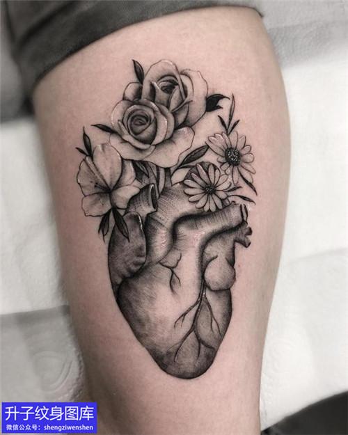 小腿外侧黑灰心脏纹身图案