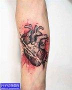 手臂内侧彩色泼墨心脏纹身图案