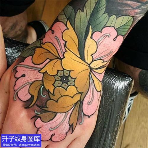 手背彩色牡丹花纹身