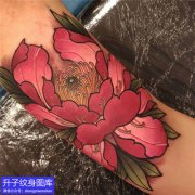 大臂内侧彩色牡丹花纹身
