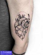 手臂黑灰心脏纹身图案