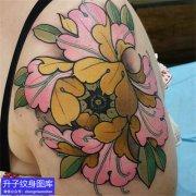 女性大臂外侧彩色牡丹花纹身图案