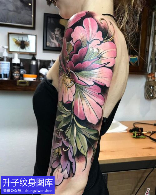 美女大臂外侧new school牡丹花纹身图案