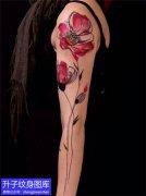 美女手臂外侧彩色罂粟花纹身