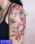 手臂外侧素花类型的牡丹花纹身图案