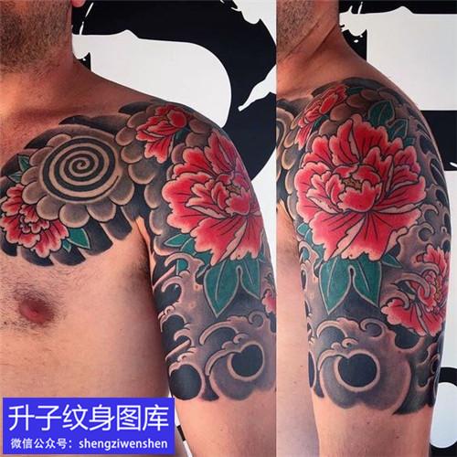 老传统彩色半甲牡丹花纹身图案