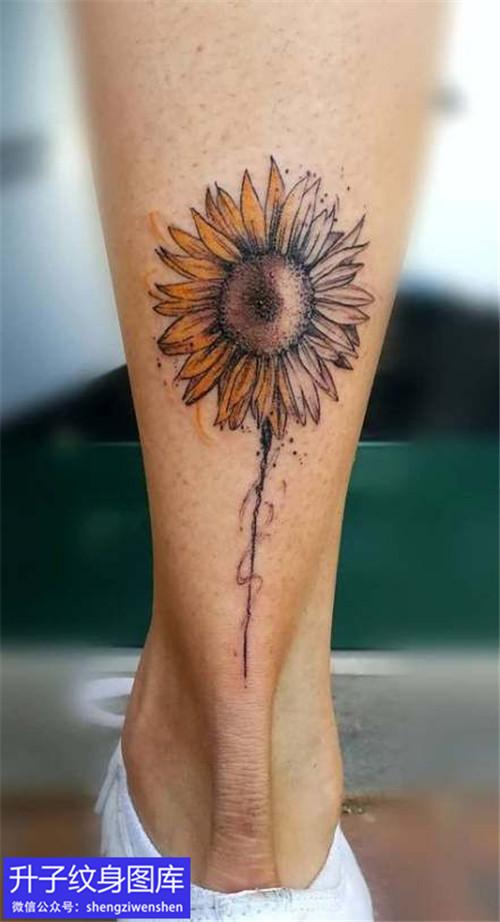 脚后跟彩色向日葵纹身图案