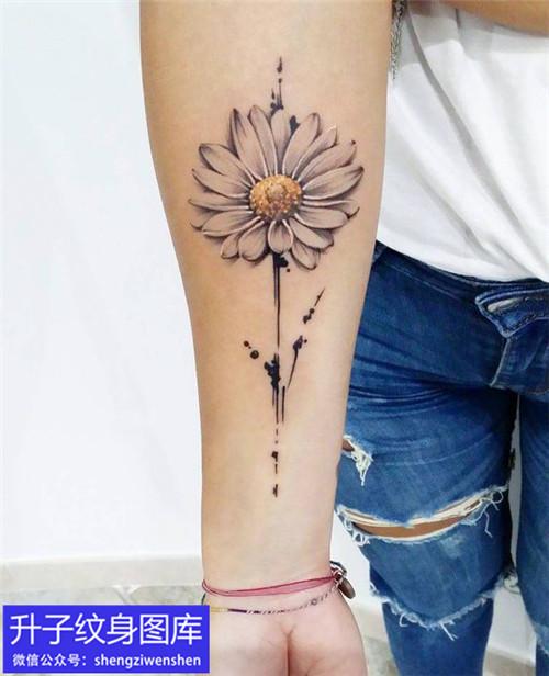 小女生手臂内侧黑灰向日葵纹身图案