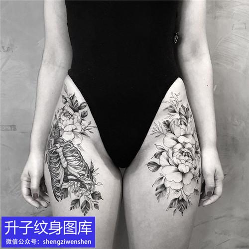 美女大腿上的骷髅与素花纹身图案