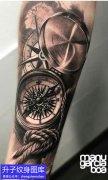 手臂黑灰欧美指南针纹身图案