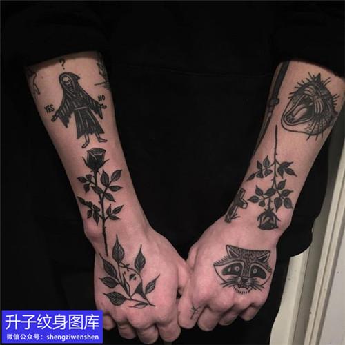 手臂外侧old school玫瑰花纹身图案