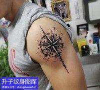 帅哥大臂外侧指南针纹身图案