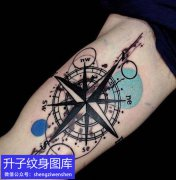 大臂内侧指南针纹身图案