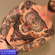 男性的前胸花臂old school彩色纹身图案