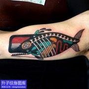 大臂内侧彩色鱼纹身图案