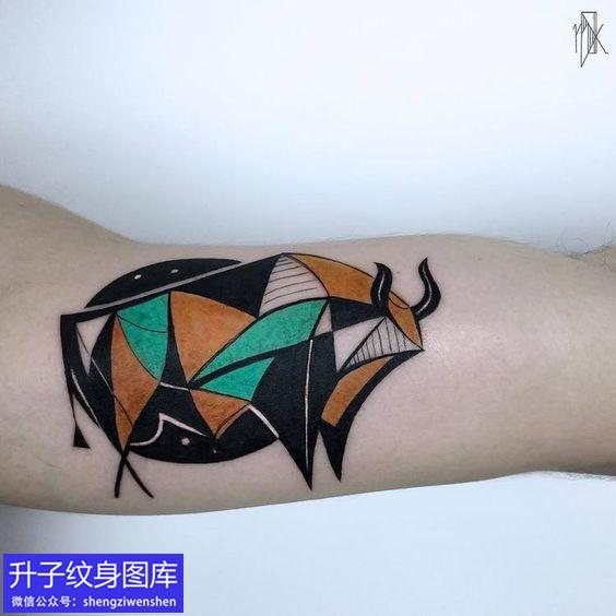 大臂内侧彩色的抽象牛纹身图案