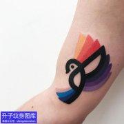 大臂内侧彩色小鸟纹身图案