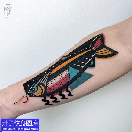 手臂内侧彩色动物鱼纹身图案