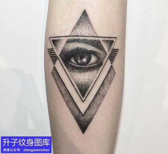 手臂内侧精致的点刺上帝之眼纹身图案