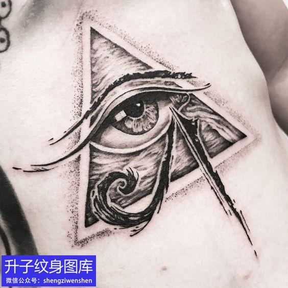 侧腰精致的上帝之眼纹身图案