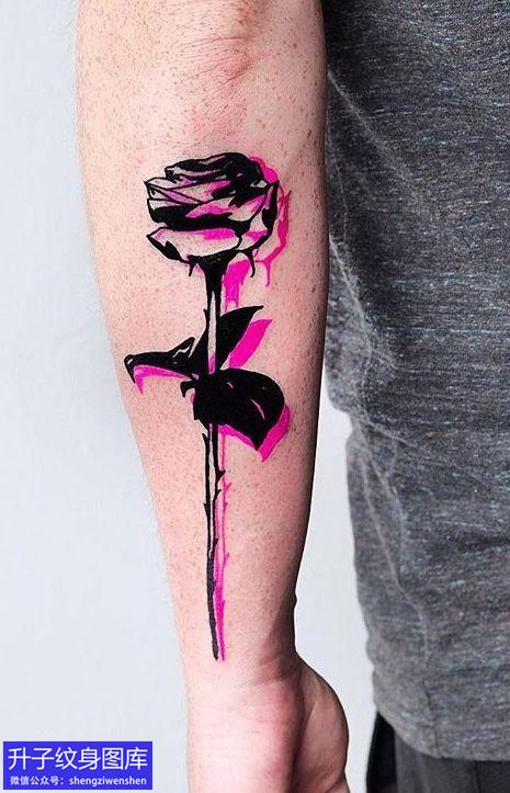 手臂外侧玫瑰花纹身图案