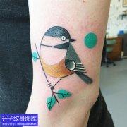 手臂外侧彩色的小鸟纹身图案精品