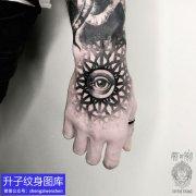 手背黑灰精致的眼睛纹身图案