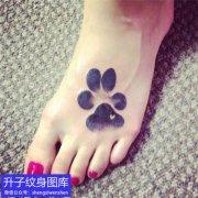 小姐姐脚背上的动物脚印纹身图案