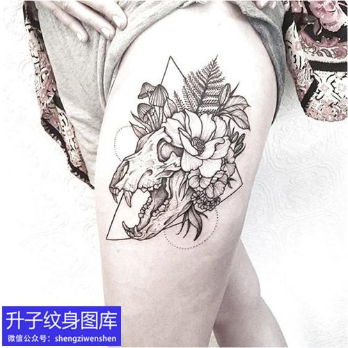 大腿外侧骷髅骨架与植物花纹身图案