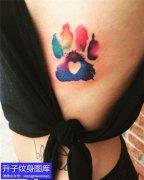 五里店美女胸侧彩色脚印纹身图案