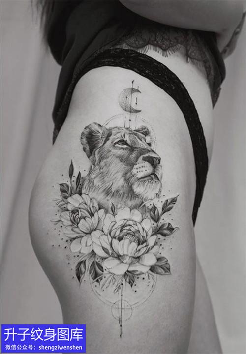 美女大腿外侧黑灰狮子牡丹花纹身图案