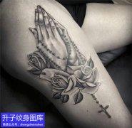 大腿外侧黑灰祈祷之手和玫瑰花纹身图案