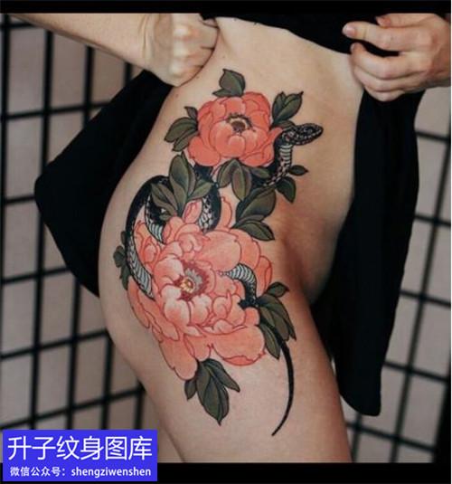 美女大腿外侧牡丹花与蛇纹身图案