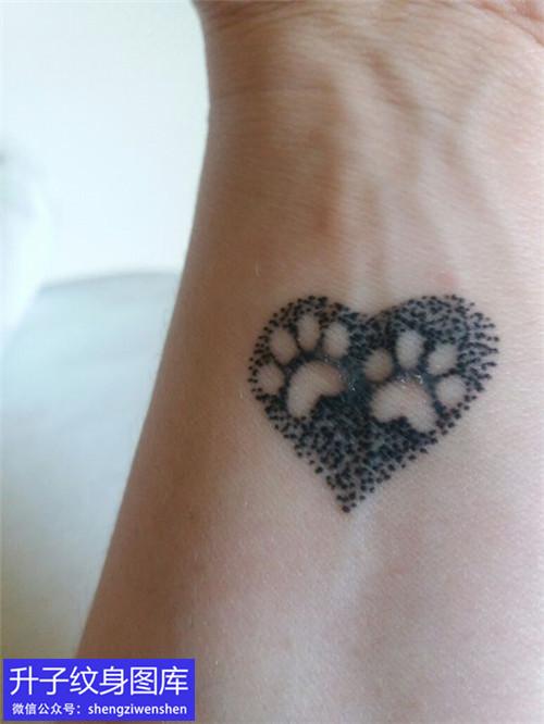 手腕内侧桃心点刺动物脚印纹身图案