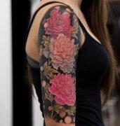 美女大臂外侧彩色牡丹花纹身图案