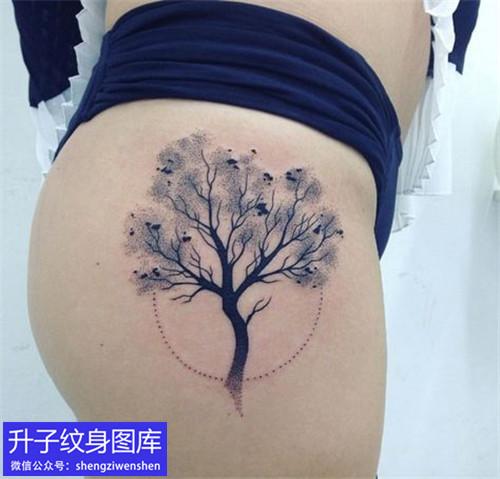 美女臀部植物树纹身图案