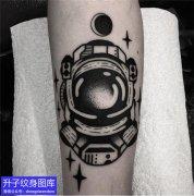 手臂外侧黑灰宇航员纹身图案