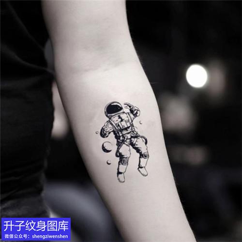 手臂内侧黑灰宇航员纹身图案