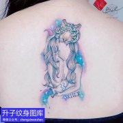 后背彩色美女与老虎纹身图案
