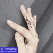手指小清新素花纹身图案