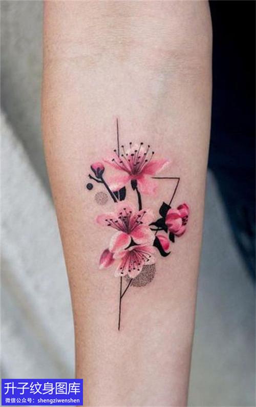 手臂内侧彩色桃花纹身图案