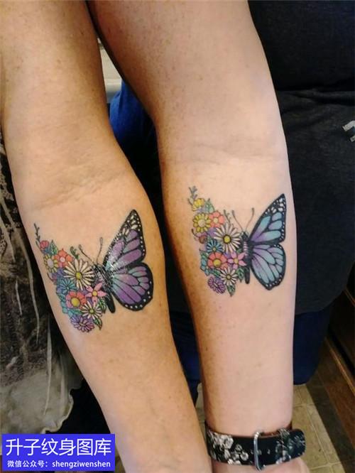 手臂内侧彩色蝴蝶纹身图案