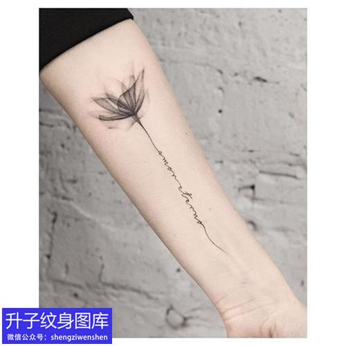 手臂黑灰荷花与英文字母纹身图案