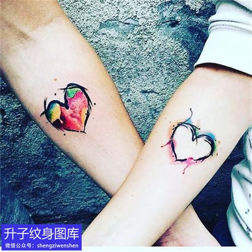 手腕桃心纹身图案彩色