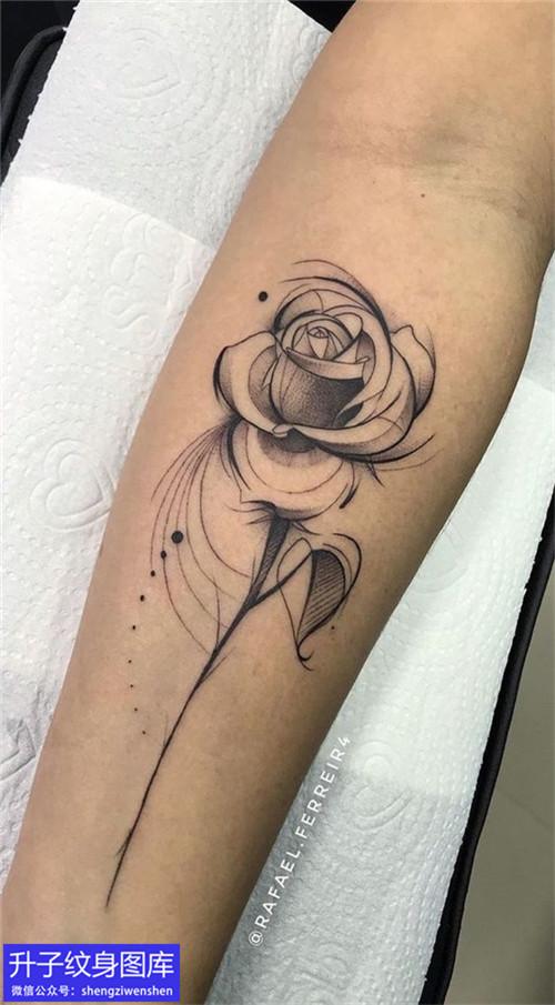 手臂内侧黑灰玫瑰花纹身图案