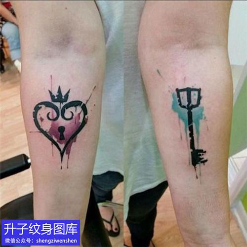 手臂情侣彩色钥匙与锁纹身图案