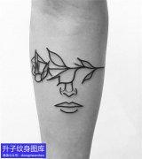 手臂内侧玫瑰花与人脸纹身图案